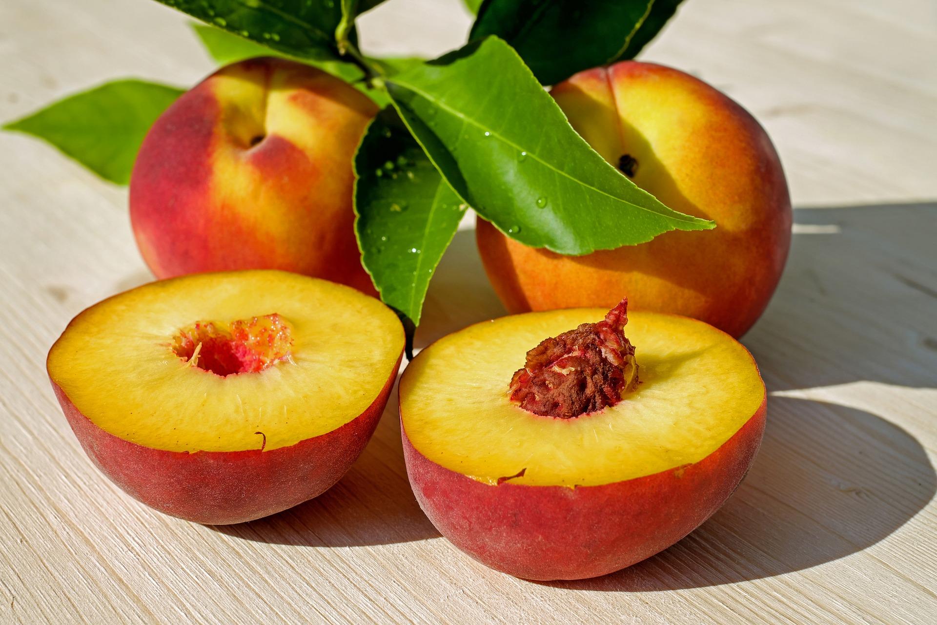 Pfirsich aufgeschnitten