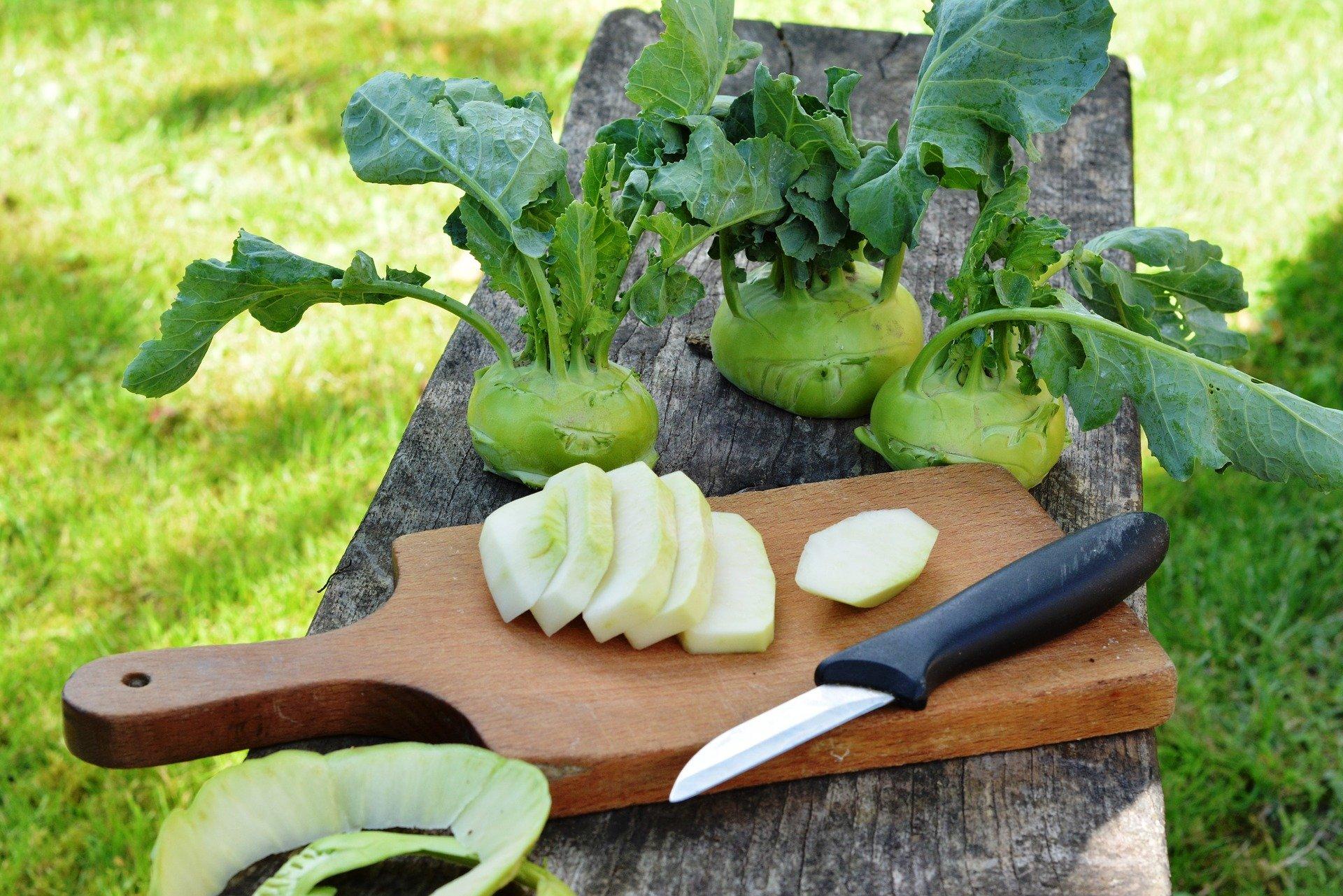 Kohlrabi mit Messer